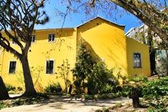 Piękny koloru żółtego dom z kolorowym ogródem w Lisbon obrazy stock