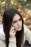 piękny komórki dziewczyny telefonu target569_0_ nastoletni zdjęcie stock