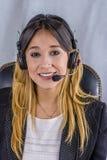 Piękny konsultant centrum telefoniczne w hełmofonach zdjęcia stock