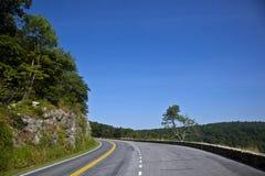 piękny kraj wygina się sceniczną lasową drogę Obrazy Royalty Free