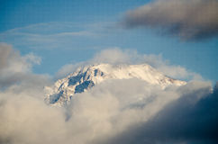 Piękny krajobraz śnieżnej zimy Kaukaz wielkie góry Pogodna pogoda, drzewa chmurnieje pola Azerbejdżan natura obrazy stock
