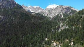 Piękny krajobraz góry z śnieżnymi szczytami i zielonym zwartym lasem - dolomity, Włochy zbiory