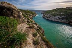 Piękny krajobraz Gozo, w tła Mgarr ix-Xini wierza a Zdjęcia Royalty Free