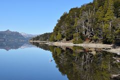 piękny krajobraz Jeziora i góry Tło Zdjęcie Stock