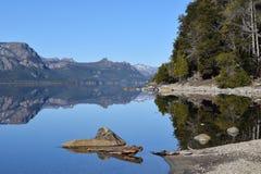 piękny krajobraz Jeziora i góry Tło Zdjęcia Stock