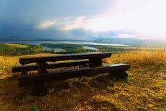 Piękny krajobraz, jezioro z wioską seating zdjęcie royalty free