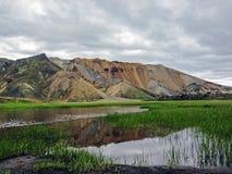 Piękny krajobraz Landmannalaugar geotermiczny teren z rzeką, zielonej trawy polem i rhyolite górami, Iceland zdjęcia royalty free