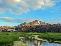 Piękny krajobraz Landmannalaugar geotermiczny teren z rzeką, zielonej trawy polem i rhyolite górami, Iceland obraz royalty free