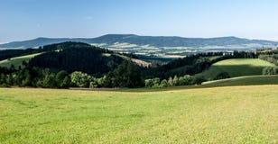 Piękny krajobraz moravian - artystyczny pogranicze blisko Kraliky miasta z łąkami, wsią, wzgórzami i jasnym niebem, obraz stock