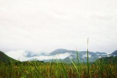 Piękny krajobraz na górze z niebem i chmurą Pokój i relaks obrazy stock
