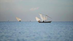 Piękny krajobraz nadmorski i rybacy Afrykańskie samiec pracuje w oceanie na żaglówkach, lokalny biznes zbiory wideo