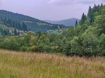 Piękny krajobraz natura w górzystym terenie z małym wioski lying on the beach wśród drzew i traw Obraz Stock