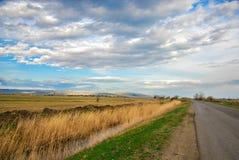 Piękny krajobraz obłoczny niebo i pole Fotografia Stock