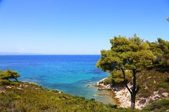Piękny krajobraz sithonia Greece na wodzie niebo i skalisty wybrzeże fotografia royalty free
