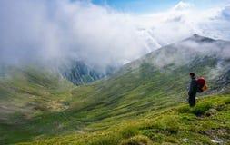 Piękny krajobraz w górach podziwia widok mężczyzna arywiście i Obraz Royalty Free