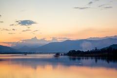 Piękny krajobraz wieczór jeziora widok obrazy royalty free