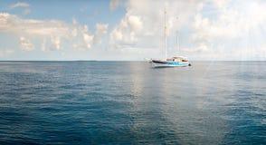 Piękny krajobraz z łodziami i morzem Obraz Royalty Free