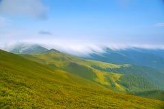 Piękny krajobraz z chmurnymi górami Kniaź Carpathians Zdjęcie Royalty Free