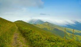 Piękny krajobraz z chmurnymi górami Kniaź Carpathians Obraz Royalty Free