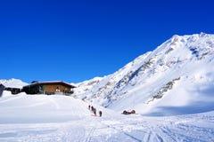 Piękny krajobraz z drewnianym szaletem, niebieskim niebem i światłem słonecznym w zimie, Fagaras Góry Zdjęcia Royalty Free