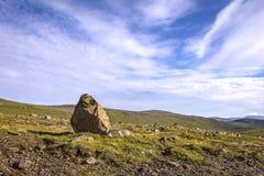 Piękny krajobraz z dużym kamieniem, Faroe wyspy Fotografia Royalty Free