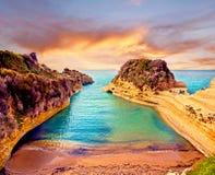 Piękny krajobraz z faleza popularnym kanałem miłość d ` Kanałowy Amour na wyspie Corfu, Grecja przy wschodem słońca turystyczny a zdjęcia stock