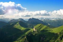 Piękny krajobraz z górami i zielonymi wzgórzami fotografia royalty free