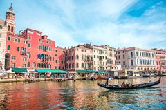 Piękny krajobraz z gondolą na kanale w Wenecja, Włochy landmarks Miasto pielgrzymka obraz royalty free