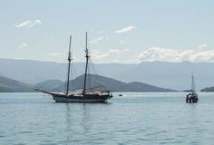 Piękny krajobraz z morzem, montains i łodzie zdjęcie royalty free