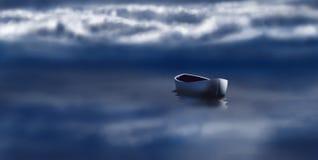Piękny krajobraz z osamotnioną łodzią Zdjęcia Royalty Free