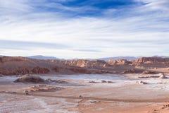 Piękny krajobraz z skałami, chmurami i niebieskim niebem przy Valle de losem angeles Luna podczas zmierzchu czerwieni, fotografia royalty free