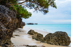 Piękny krajobraz z skałami na afrykanin plaży i oceanem na tle Zdjęcia Stock
