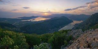 piękny krajobrazowy śródziemnomorski Zmierzch Montenegro, panoramiczny widok zatoka Kotor i Vrmac góra Zdjęcie Stock