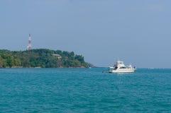 Piękny krajobrazowy denny pobliski bridżowy molo przy plażą Laem Panwa przylądka sławni przyciągania w Phuket wyspie, Tajlandia Zdjęcia Royalty Free