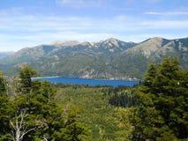 Piękny krajobrazowy pełny natura, góry, jeziora i drzewa w Neuquen, Argentyna Zdjęcie Royalty Free