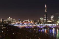 Piękny krajobrazowy wizerunek Londyńska linia horyzontu przy nocy patrzeć zdjęcia stock