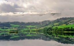 Piękny krajobrazu, scenerii widok Norwegia i, zielona sceneria wzgórza i góra stronniczo zakrywający z śniegiem Obraz Royalty Free