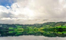 Piękny krajobrazu, scenerii widok Norwegia i, zielona sceneria wzgórza i góra stronniczo zakrywający z śniegiem Fotografia Royalty Free
