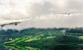 Piękny krajobrazu, scenerii widok Norwegia i, zielona sceneria wzgórza i góra stronniczo zakrywający z śniegiem Zdjęcia Stock