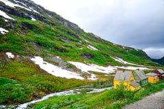 Piękny krajobrazu, scenerii widok Norwegia i, zielona sceneria wzgórza i góra stronniczo zakrywający z śniegiem Obrazy Stock