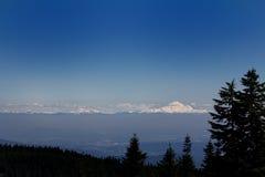 Piękny krajobrazu strzał z śniegiem nakrywał góry blisko pardwa terenu górskiego w Kanada Zdjęcie Stock