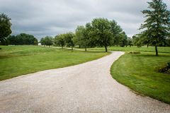 Piękny kraju pas ruchu prowadzi uprawiać ziemię, na burzowym letnim dniu w Illinois fotografia royalty free
