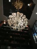 Piękny krystaliczny świecznik wiesza lustrzany odbijający ce obrazy royalty free