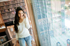 Piękny księgowy opowiada na telefonie Zdjęcia Royalty Free