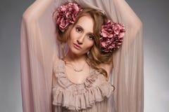 piękny kwiatów dziewczyny włosy ona Zdjęcie Royalty Free