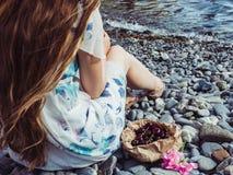 Piękny kwiat i osamotniona dziewczyna z długie włosy zdjęcie stock