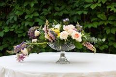 Piękny kwiatu bukiet outdoors Ślubna florystyczna dekoracja przy bielu stołem Fotografia Stock