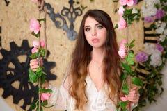 piękny kwiatu dziewczyny huśtawki chlanie W wnętrzu Obraz Royalty Free