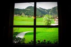 Piękny kwiatu i zieleni ogród chociaż okno w scenicznym miejscu, Austria Zdjęcia Stock