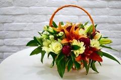 Piękny kwiatu kosz na stole obraz royalty free